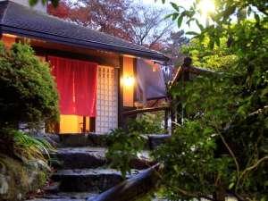 四季を愉しむ貸切温泉 ゆとりろ庵:夜玄関