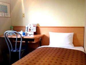 高崎駅前プラザホテル:【シングルルーム】機能的で快適な空間、ホテルこだわりのマットレスでゆったりと休むことができます。