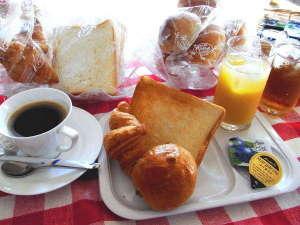 高崎駅前プラザホテル:無料朝食は数種類のパンに淹れたてのコーヒー、ジュース等をご用意しております。