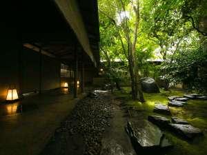 数寄の宿 野鶴亭:【中庭】京都の庭師による緻密な計算により造られた苔庭は、儚くも力強い、自然が織りなす芸術作品です。