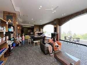 旭川パークホテル:大きな3面ガラスからは旭川が一望出来ます♪また貸出品もロビーにございます。