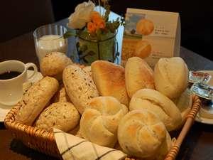 朝食バイキングにはヨーロッパより直輸入した4種類の無添加パンも♪