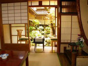 京都西陣 とも栄旅館:京町屋造りの和室で、静かな時間をお過し下さい。縁側から眺められる中庭が心を癒してくれます♪