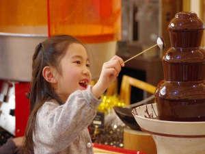 ホテル京阪 ユニバーサル・シティ:大人気のチョコレートファウンテンはお子様でも手の届く高さでご用意。