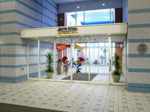 1階エントランスでは、パークの人気者、ウッディー・ウッドペッカー(R)がお出迎え。