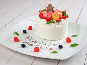 かわいいお菓子の乗ったアニバーサリーケーキ。(有料/要予約) ※写真はイメージです