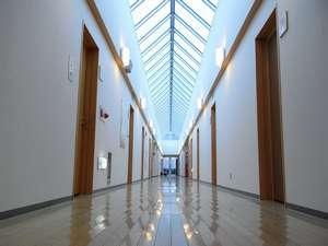 びふか温泉:天窓のある明るい廊下