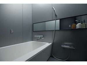 【バスルーム】洗い場付きのバスルームは広々としており、みなさまに好評です