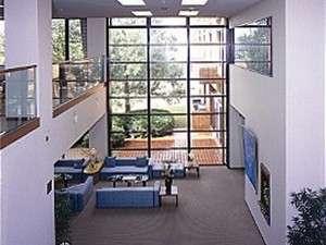 くもづホテル&コンファレンス:大きな窓と吹き抜けの広々としたロビー