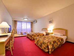 ホテルみゆきビーチ:*和洋室(客室一例)/夜はベッドで安眠の夜を。畳のお部屋で波の音をBGMに寛ぎのひと時。