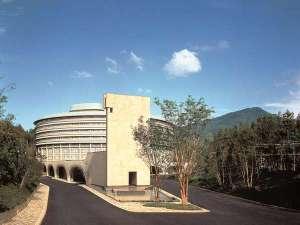 グランドプリンスホテル京都:【ホテル外観】村野藤吾氏により、比叡山の麓に自然と調和するように設計された、円形のホテル。