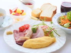 オーベルジュメイヤの樹:自家製のハム、ベーコン、ソーセージとふわふわオムレツの朝食