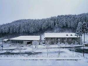 東山温泉メイプルプラザ:【冬の外観】雪が降ると、とってもキレイな雪景色がご覧いただけます♪