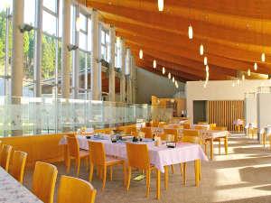 東山温泉メイプルプラザ:お食事はこちらの大きな窓がある開放的なレストランで♪