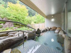 東山温泉メイプルプラザ:*【半露天風呂】温泉基準の3,3倍のラドンを含有する東山名水の冷鉱泉を使った温泉です