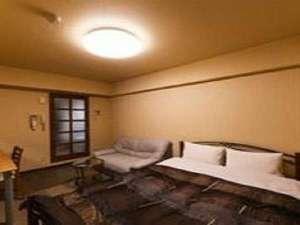 コンビニAyersRockホテル石巻:デラックスルーム☆ひろびろとしたお部屋でソファーもあるのでごゆっくりお寛ぎいただけます♪