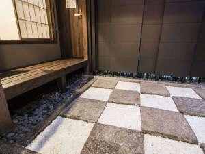 京の片泊まり 稚松こうばい庵:市松模様が美しい坪庭。夜にはライトアップが可能です。