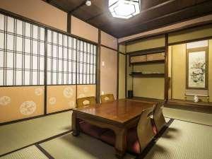 京の片泊まり 稚松こうばい庵:2階和室はしっとりとした和室の設え。2名様以上の場合はお布団をご用意いたします。