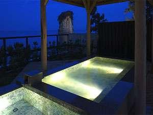 珠洲温泉 のとじ荘:大浴場露天風呂。夜の静かな海・見附島を眺めながらホッと一息・・