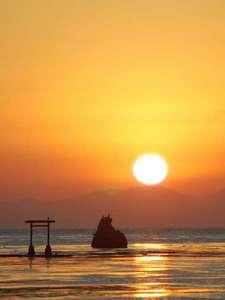 見附島の隣の小島近くから昇る朝日。小島の後ろには立山が