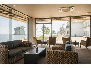 珠洲温泉 のとじ荘:ロビーラウンジで海を眺めませんか?