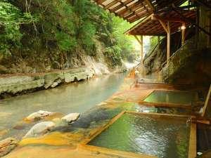 首都圏に近い秘湯 明賀屋(みょうがや)本館:300年湧き続けている川岸露天風呂。88段の階段を下りた先にございます。上がりはご不便をおかけします。