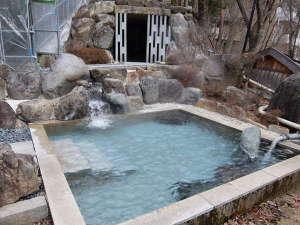 囲炉裏会席と樹氷の宿 不動温泉 華菱(はなびし):男性用露天風呂と洞窟岩風呂