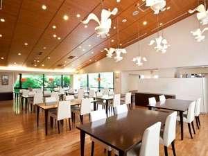 四季倶楽部強羅彩香:ご夕食・ご朝食共にレストランでゆっくりとお召し上がり下さい
