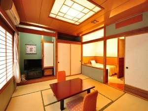 いやしろの湯 ホテル三右エ門:和洋室(和室8畳+ツインベット)冷蔵庫は空でご用意。バス・トイレ(ウォシュレット]付