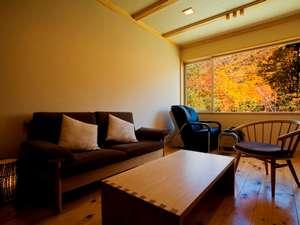 匠の宿 深山桜庵(みやまおうあん):【半露天風呂付き和洋室】マッサージチェア付き客室。秋の時期は客室からも紅葉を愉しめます。