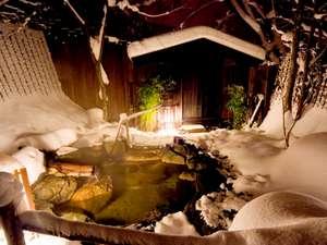 匠の宿 深山桜庵(みやまおうあん):【貸切露天風呂(冬)】雪に囲まれた貸切露天風呂。貸切風呂は無料で利用可能。
