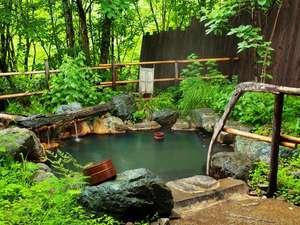 匠の宿 深山桜庵(みやまおうあん) <共立リゾート>:【貸切露天風呂(夏)】野趣溢れる貸切露天風呂。