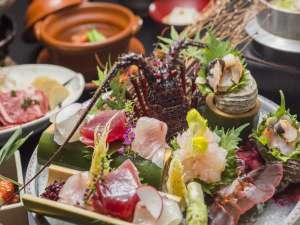 源泉かけ流し客室の宿 淘心庵 米屋:メインは旬のお造り、季節の魚介類を堪能。 【写真の「美食会席」には伊勢海老付】