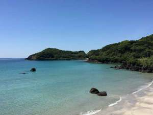 国際観光ホテル旗松亭:白い砂浜とエメラルドグリーンの海「人津久海水浴場」♪