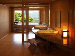 伊香保温泉 雨情の湯 森秋旅館:間接照明に照らされる新露天風呂付き客室