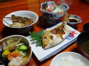 間垣の里 田中屋旅館:旬の魚をの焼魚。自家製の味噌を塗ってお出しいたします。