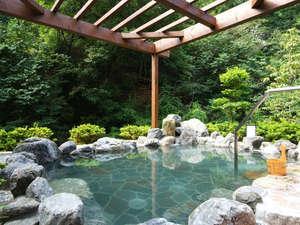 自然が目の前まで迫る露天風呂。温泉浴×森林浴が一度に楽しめます