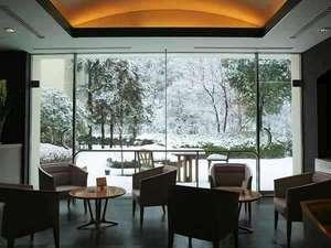冬季限定 ロビーのパノラマテラス戸から臨む美しい雪景色