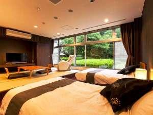 【特別室】緑を臨む豊かな眺望。ベッドに寝転んで深緑を愛でる時間は最高です!