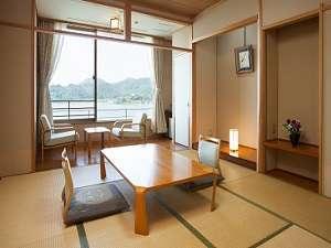 湖畔の温泉宿 東郷温泉 水明荘:お部屋から見える朝夕の東郷湖の景観は絶景です。和の空間でゆったりとした時間が流れます。 和室(10畳)