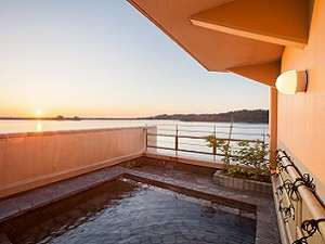 湖畔の温泉宿 東郷温泉 水明荘:開放感たっぷりの展望露天風呂です。夕日を見ながらご入浴できます。(女性)