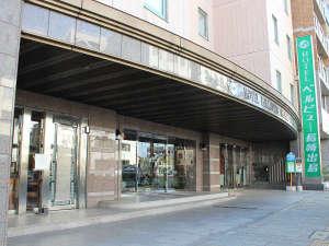 ホテル正面玄関。「長崎ロープウェイ無料循環バス」「稲佐山展望台夜景見学バスツアー」のバスが停車。