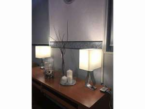 ビジネスホテル レガート:照明の明かりもあたたかなアットホームなロビー・フロント