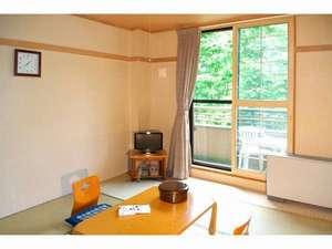 ばんけい温泉 湯人家:和室・窓から四季の景色を楽しめます。
