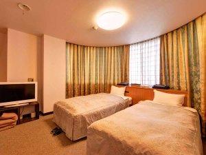 ホテル網元:*ツイン(客室一例)/リニューアルしたばかりの広々とした客室。ごゆっくりお寛ぎ下さい。