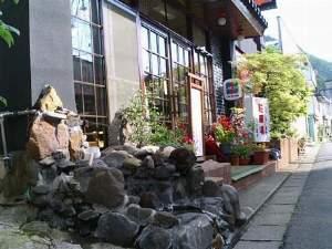 小枝旅館:玄関前に源泉湯!