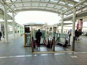 駅から降りて右側に