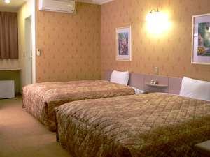 ファミリーロッジ旅籠屋・東京新木場店:約25㎡の客室に、幅1.5m超のベッド2台、全室ネット可(無料)