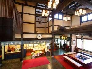 岩村山荘:【玄関ホール】吹き抜けで開放感がございます。