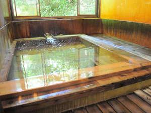 恵山温泉旅館:【源泉かけ流し温泉】床には檜を使用。引き戸を開けると「ぷん」と檜の香りが漂います。